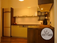 Kuchnia z lakierowanymi frontami MDF i dębowymi wykończeniam2 - very wood