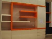 lakierowana szafa z półkami
